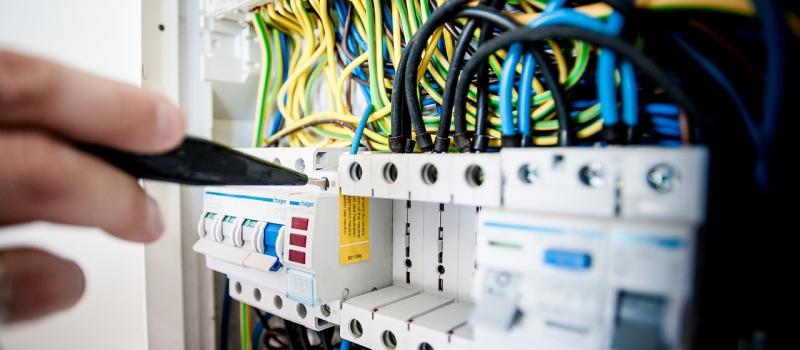Elektrischer-Sicherungskasten wird von Elektriker in Herne geprüft